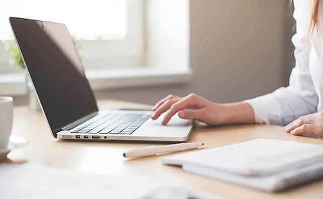 une personne travaille sur son ordinateur